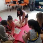 Mewenn et charlayne en plein apprentissage d'un massage cardiaque